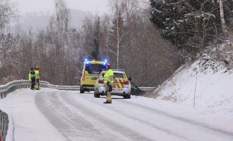 I GRØFTA: En bil havnet i grøfta på Nesvegen mandag.