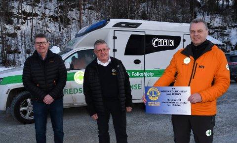 Takknemlig: Geir Nilsen (t.h.) hadde all grunn til å smile da Lars Ivar Windju (t.v.) og Børre Skjønsberg fra Lions Club Ringsaker kom på besøk før helga.
