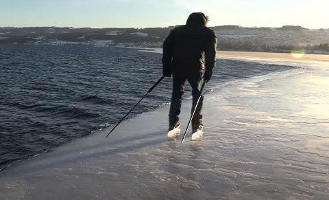 SKUMMELT?: Mange vil kanskje tro det er skummelt å gå på skøyter helt ute ved vannkanten på mjøsisen