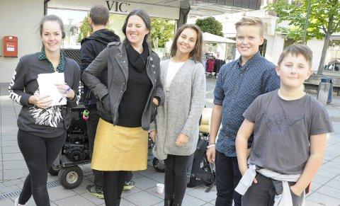 Elisabeth Gundersen er assistent på filmsettet. Her sammen med statistene Siri Berrefjord, Camilla Thorsen, Birk Rudrud Herdlevær og Olav Hals Gylseth.