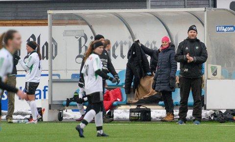 Fantastiske jenter: Jan Gundro Thorstensen har en fornøyelig jobb med sine treningsivrige elever på damelaget til HBK. Laget er i rute før seriestart.