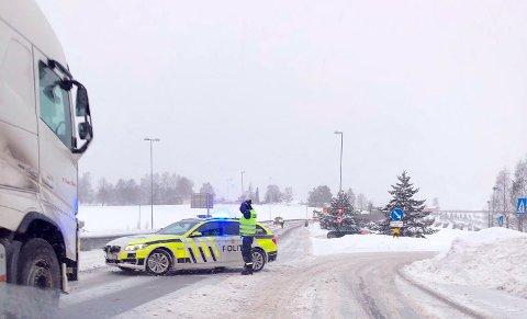 Stopp: Politiet har stanset trafikken på E16 nordover. Bildet er fra avkjøringen til Helgelandsmoen i retning Hønefoss.
