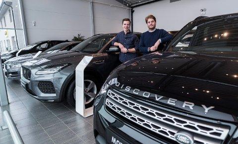 Lokale selgere: Hos Motorpool i Hønefoss er det selgerne Marius Aasen og Andreas Ullern Faksvåg som tar seg av kundene.