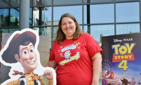 SPENT: Kinosjef Katrine Wang Svendsen, her sammen med Woody fra Toy Story 4, gleder seg til høsten: – Sommeren har hittil vært fantastisk, og jeg ser fram til en storslått høst, sier hun.