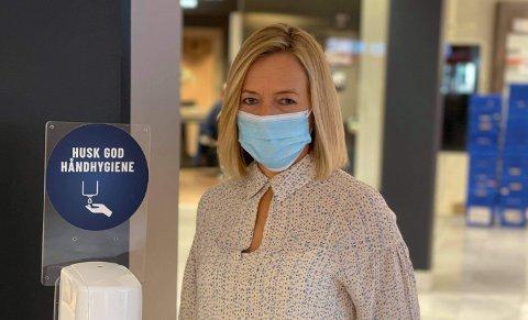 BLIR KLAR: Anne Trine Høibakk, senterleder på Kuben, har en litt oppgradert versjon å ønske kundene velkommen til mandag.