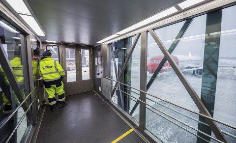 STOPPE I TIDE: Pilotene på være på vakt og stoppe i tide, ellers er det umulig å få opp flydøren for å slippe ut passasjerene.