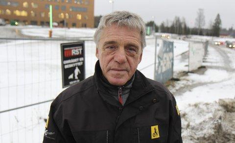 SYNGER UT: Jan Ivar Engebretsen synes det er overraskende at Statens vegvesen har godkjent landingsplass for helikopter så nær FV 174. BEGGE foto: kjell aasum