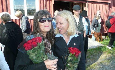 Priset: Liv Hege Nylund blir gratulert av venninnen Anniken Huitfeldt på Fetsund lenser da hun i 2009 fikk Øyerenprisen for sin innsats for Lenseteatret og arbeiderkulturen. Foto: Jan Rudolf Pettersen