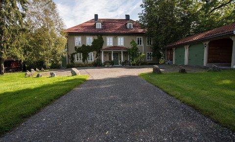Tidligere var det Bernt Anker som eide Stalsberg gård. Slik ser gården ut i dag, men det er ikke den samme bygningen som var der da Bernt Anker eide eiendommen i Strømmen. Foto: Vidar Sandnes