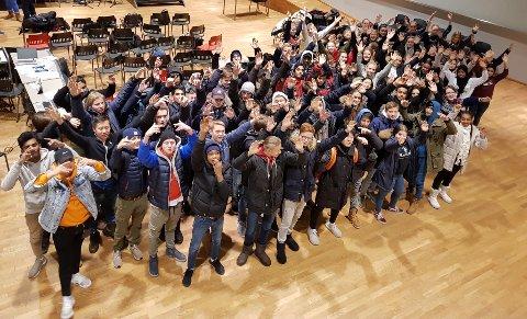 SAMARBEID: De 91 elevene på 10. trinn ved Løkenåsen skole samarbeider om årets elevforestilling. Foto: PR-gruppa ved Løkenåsen skole