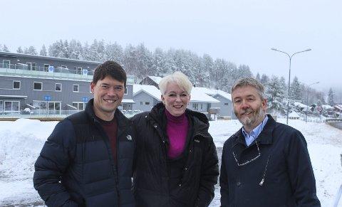 NY SKOLE: Nye Fjerdingby skole skal bygges på kollen i bakgrunnen. Fra v. ordførerkandidat Ståle Grøtte, varaordfører Heidi Finstad og Jan Ole Enlid, alle Ap. Foto: Rune Fjellvang