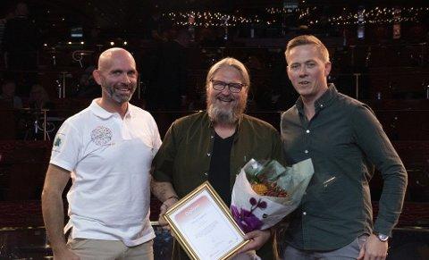 FIKK PRIS: Dennis Grepperud fikk blomster og diplom av Byggdrifteren-redaktør Jan Erik Røine (t.h.) og daglig leder Thor-Jostein Egeland i Nemitek (t.v.).
