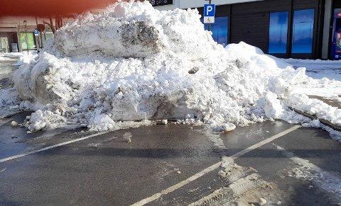 PARKERING: Nok en gang plasserte kommune en stor snøhaug på handikapparkeringen.