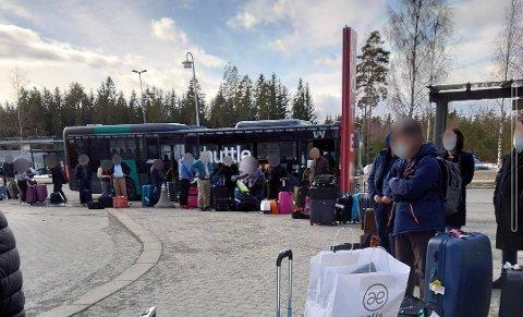 FRITT FRAM: Det er ingen som kontrollere at folk holder seg på karantenehotellet. Bildet er fra tidligere hvor reisende venter på å sjekke inn på karantenehotell på Gardermoen. (Arkivfoto: Privat)
