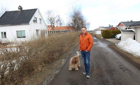 KRITISK: Jan Thorseng og flere naboer har protestert på et utbyggingsprosjekt på tomta til venstre i Myragutua i Gjerdrum. Her avbildet i mars.