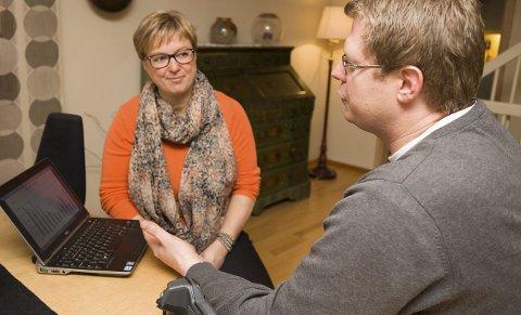 GODE RÅD: Folke Pettersen stiller opp og gir gratis rådgivning til de 15 første som melder seg på hos ENØK- og miljørådgiver Bente Støa i Røyken kommune. Han startet kampanjen hos ordfører Eva Norén Eriksen.