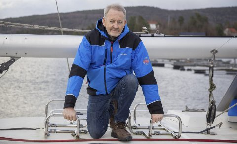 TOMME STATIV: På taket av seilbåten skulle redningsflåtene stått. – Det er leit at noen stjeler viktig sikkerhetsutstyr fra båtene i havna, sier Knut Haugen.