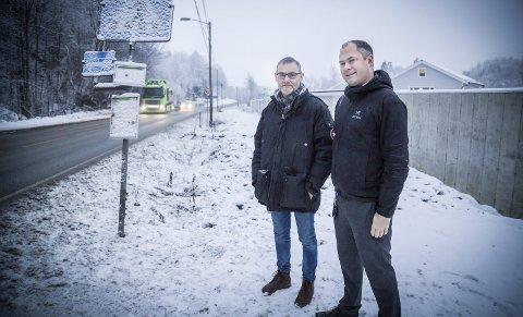 VENTER: Per Gunnar Andersen og Michael Link i Prestenga vel er utålmodige etter å få ny gang- og sykkelvei langs Slemmestadveien fra Prestenga. – Vi ble lovet ny gangvei, busstopp og kryssing. Det er over tre år siden jobben ble påbegynt, sier de.
