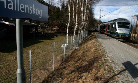 NIKS: Det blir ingen flere togstopp ved Hallenskog stasjon.
