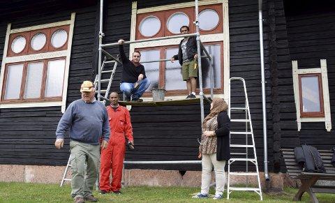 GODE HJELPERE: Primus motor for Filtvet kirke, Knut Kristiansen, og elever fra kompetansesenteret maler vinduer. – Det er vinn-vinn, sier Kristiansen. Foto: Edgar Dehli