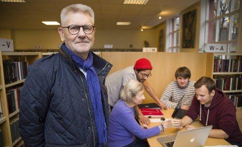 – GODT TILBUD: Jan Carho i Røyken Eldreråd er glad de har fått ordningen med databistand opp å gå. – Jeg er glad biblioteket har tatt hånd om ordningen. Da er terskelen lavere for å søke hjelp, sier han.