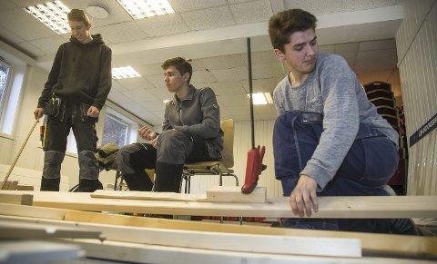 VIKTIG: Elevene ved byggfag ved Røyken videregående skole jobber gratis, men får samtidig en helt nødvendig opplæring.