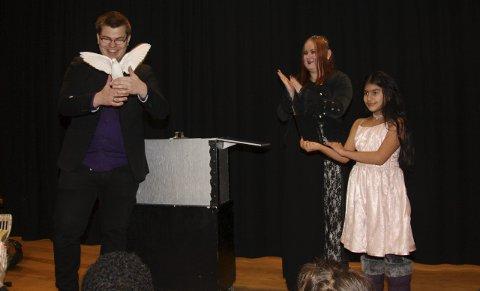 MAGI: Tryllekunstnerduoen Chrissell og Electra tryllet frem både fugler og en lodden kanin som barna fikk klappe etter showet