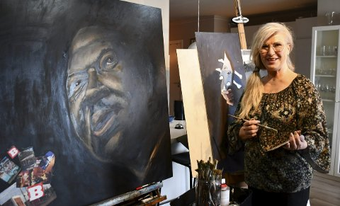 Hjemme: Hjemme hos Unni Befring hvor hun skaper maleriene sine. Hun har et travelt halvår foran seg med tre utstillinger i vente. Den ene er allerede i gang i Hemsedal. FOTO: INGUNN HÅKESTAD BRÅTHEN