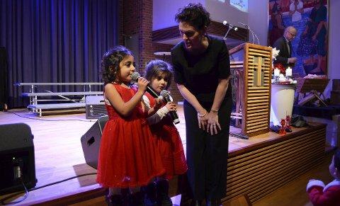 «Bæ bæ, lille lam»: Jasmin Adel (3, t.v.) hadde gledet seg til å synge. Hun fikk selskap av kusina Nour Ferman (3) og pastor Kjersti Falk Berg. Alle foto: Maja Christensen