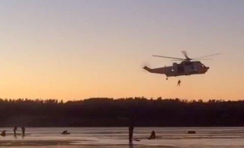 STOR AKSJON: Da det kom melding om at to menn hadde gått gjennom isen på Akersvannet søndag, ble det satt igang en stor redningsaksjon.