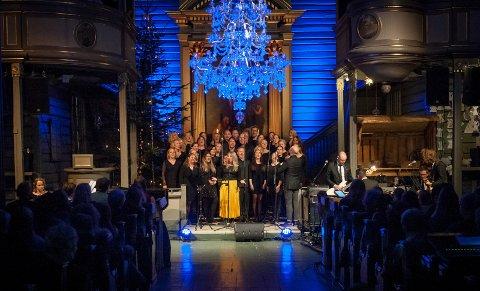 FULLSATT KIRKE: Mari Kjølstad og Beat-koret var noen av kveldens artister.FOTO: KNUT NORDHAGEN