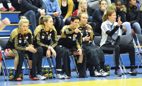 TOMMEL OPP: Anja Hammerseng-Edin (midten) føler det er riktig å gi seg med håndball etter sesongen. Her fra kampen i Skienshallen søndag.FOTO: KRISTIAN HOLTAN