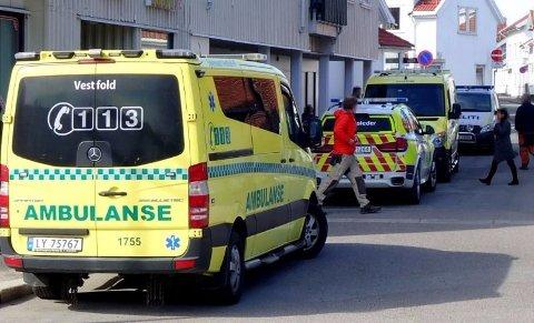 VÆPNET AKSJON: Politiet rykket ut med alle tilgjengelige mannskaper til Aagaards plass i Sandefjord torsdag 12. april. En 45 år gammel mann fra Sandefjord er siktet for å ha forsøkt å drepe fysioterapeuten sin.