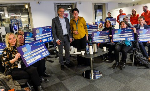 MYE PENGER: Totalt 3,1 millioner kroner delte SpareBank 1 Stiftelsen BV ut til lokale gavemottakere. I midten står stiftelsens daglig leder Gisle Dahn og Signe M. Stenersen, lokalbanksjef i Sandefjord, SpareBank 1 BV.