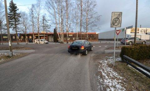 FINN FEILENE: Utkjøringen til Ringveien fra Kvartsveien krysser et gang- og sykkelfelt. Det er det ikke alle som legger merke til, eller tar hensyn til. Liknende eksempler fins mange steder.