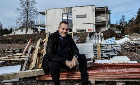 BOLIG: Thomas Otterbech i Aktiv Eiendomsmegling foran leilighetsbyget i Korsvikveien som er oppført. Det andre kommer der han sitter på plankehaugen.