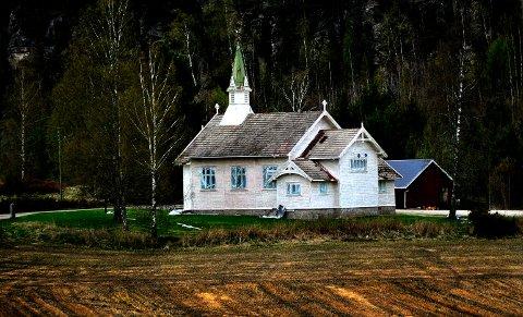 FÆRRE KIRKER: I dag er det 12 kirker i Sarpsborg. Om antallet skal reduseres vil vi får svar på neste sommer. Dette er Holleby kirke som er den minste kirken i Sarpsborg bortsett fra Ingedal kirke. Men kirken i Ingedal er fredet.