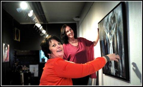 Ny utstilling: Karina Ravneng (til venstre) stiller ut hos Anette Ravneng fra lørdag 16. mars. Og nei, de er ikke søsken, men tremenninger.