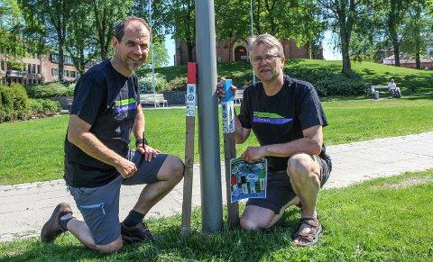 STOLPEJAKT: Ole-Henrik Andersen og Kjell Einar Andersen håper sarpinger vil gå på stolpejakt.