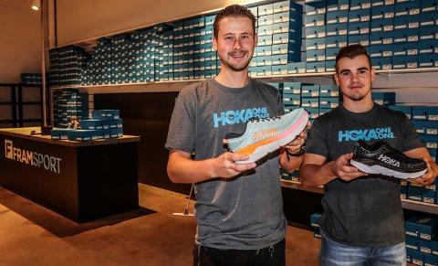 SKO-SUKSESS: Sondre Olstad har suksess med Framsport og salget av Hoka-sko. Her sammen med nyansatt butikksjef, Joachim Sørensen.