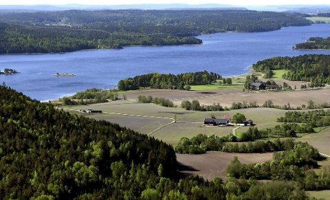 Svein Larsen (Ap) tilbakeviser at det er noen fare for at det skal bli en motorvei i området øst for Isesjø. (Foto: Jarl M. Andersen)