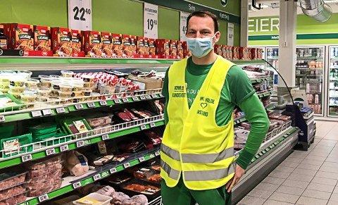 PÅSKEHANDEL: Tommy Nilsen, butikksjef ved Kiwi Skjeberg, anbefaler deg å ta påskehandelen tidlig.