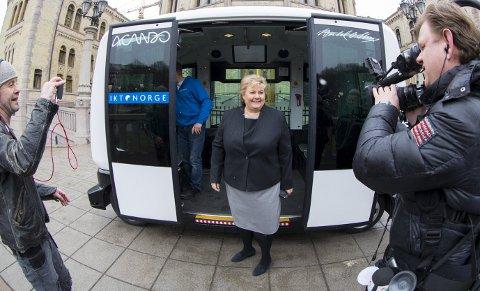 Nå blir det lov å teste ut selvkjørende kjøretøy på veiene. Her er statsminister Erna Solberg foran en selvkjørende buss tidligere i år.