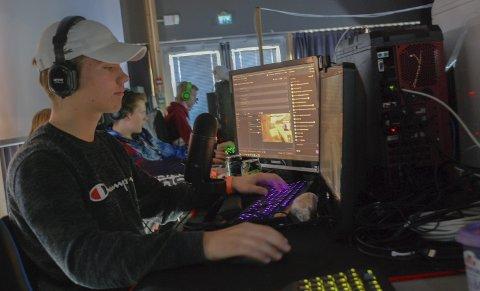 Streamer: Torsdag kveld tjente Lyng Oliver Skogheim (15) fra Mysen nesten 500 kr å streame. Det vil si at andre kan se på at han spiller.