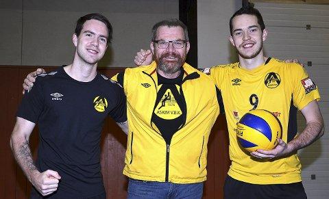 SENTRALE: – Lørdag skal vi slå TVN i tre strake sett, sier toppspillerne Hallvard Seljås (23, t.v.) og Eivind Seljås (21) med pappa og leder Johan Seljås (54) i Askim volleyballklubb i midten.