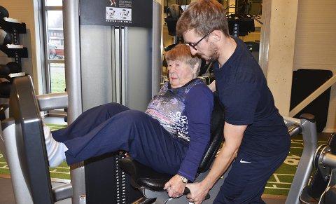 I aksjon: 87 år gamle Ragnhild Bensø har aldri trent tidligere og synes det er kjempegøy, men så har hun også en kjekk ung mann som veileder og fysioterapeut, Niklas Juliussen.
