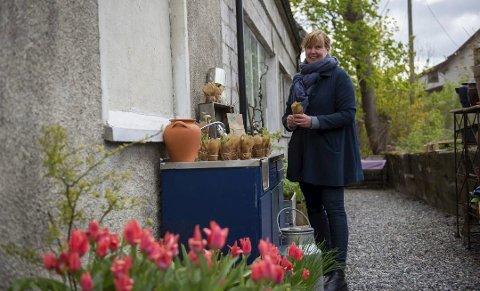 OASE: I bakgården skaper Kari en blomsteroase.
