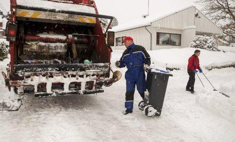 KREVENDE: Renovatørene sliter med å komme fram enkelte steder på grunn av væromslaget de siste dagene.