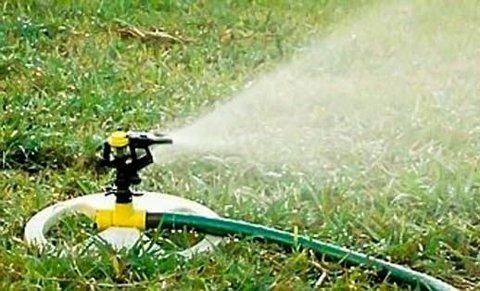 Marker kommune har innført vanningsforbud. Nå kan du bare vanne med kanne eller håndholdt hageslange.