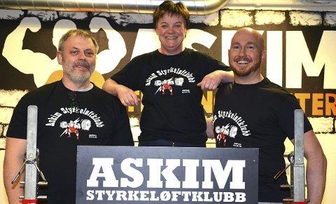 AKTIV: Anita Stavik hadde mange oppgaver i Askimhallen i helgen. Det i tillegg til at hun selv stilte som utøver. Her flankert av Per Øyvind Fjeld og Arild Kolshus.